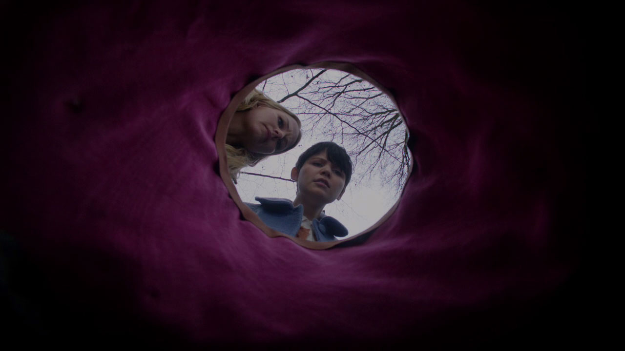 Emma and Mary Margaret looking into a hole-s01e17