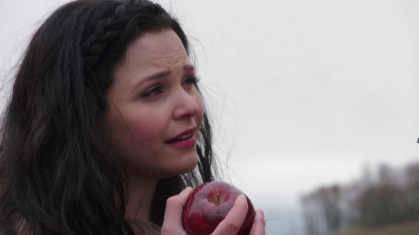 Snow White holding the Evil Queen's Apple (An Apple Red as Blood-s01e21)