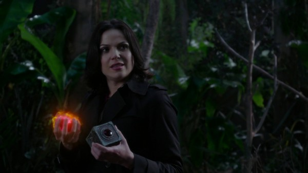 Regina holding Henry's heart and Pandora's Box (3x09 Save Henry)