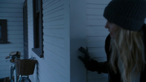 Emma sneaking behind house (3x14 The Tower)