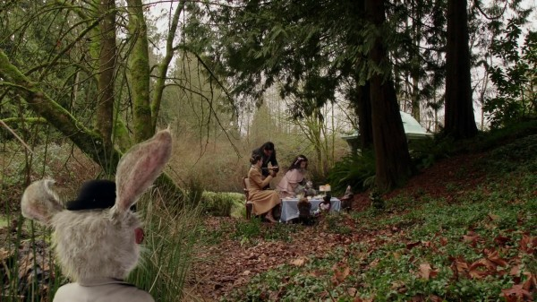White Rabbit Looking at Alice Cyrus and Daughter - 1x13 And They Lived