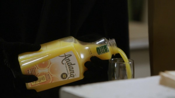 Zelena pours orange juice (3x15 Quiet Minds)