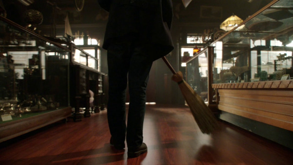 Once Upon a Time 2x04 The Apprentice - Henry sweeping the floor