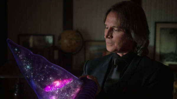 Once Upon a Time 2x04 The Apprentice - Rumple admiring the hat