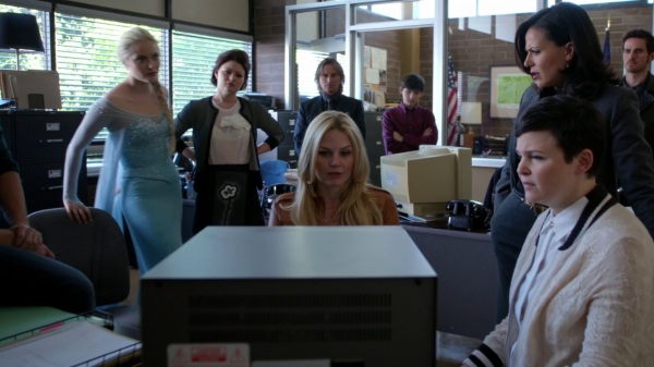 Once Upon a Time 4x06 Family Business - Watching the video at the sheriff station