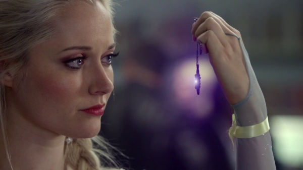 Once Upon a Time 4x09 Fall - Elsa holding out Anna's necklace