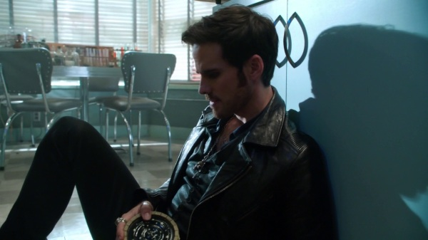 Once Upon a Time 4x09 Fall - Hook's pained expression as he hides from Emma