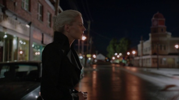 Once Upon a Time 5x02 The Price - Emma outside Granny's onlooking