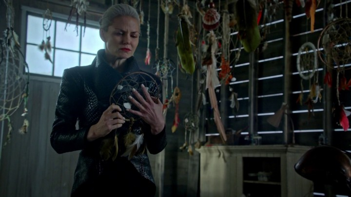 Once Upon a Time 5x05 Dreamcatcher - Emma cries holding dreamcatcher