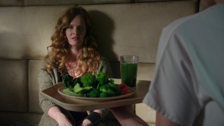 Once Upon a Time 5x06 The Bear and the Bow - Nurse Ratchet hands food to Zelena
