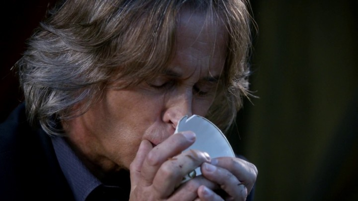 Once Upon a Time 5x06 The Bear and the Bow - Rumplestiltskin kissed the chipped cup, breaks it, and escapes