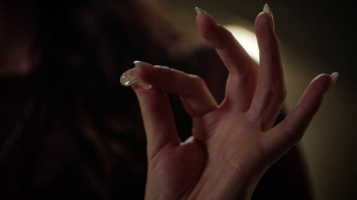 Once Upon a Time 5x09 The Bear King - Ruby holds magic bean