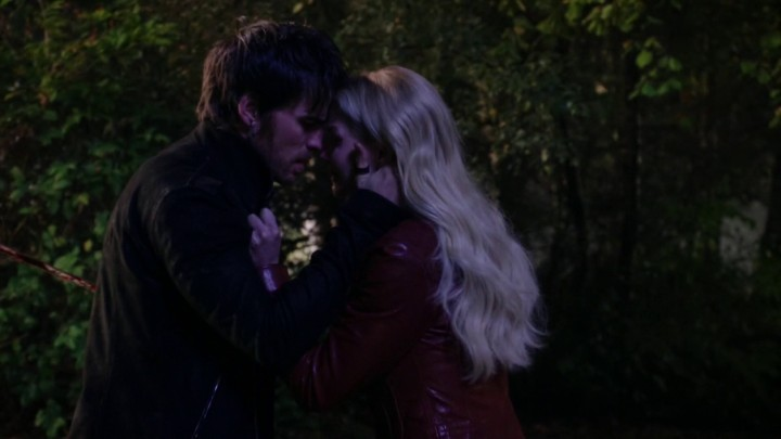 Once Upon a Time 5x11 Swan Song - Emma back in her red leather jackeet after snuffing out the darkness