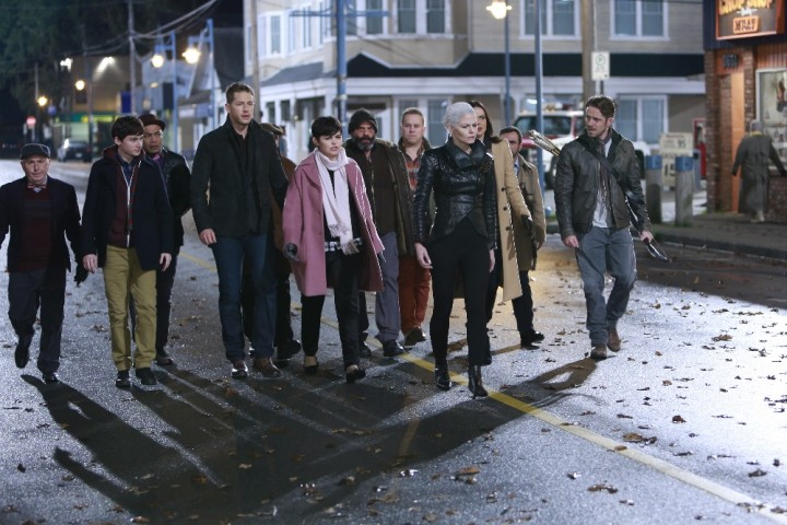 Once Upon a Time podcast 5x11 Swan Song - Emma with Charmings, Regina, Robin Hood, and dwarves in Storybrooke