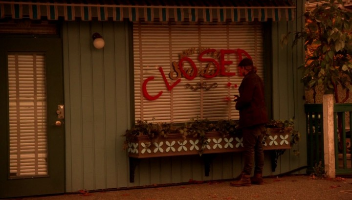 Once Upon a Time 5x12 Souls of the Departed - Spray-painting CLOSED on Any Given Sundae