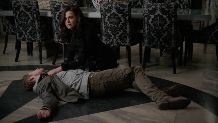 Once Upon a Time 5x21 Last Rites - Regina holding Robin Hood dead lying on the ground