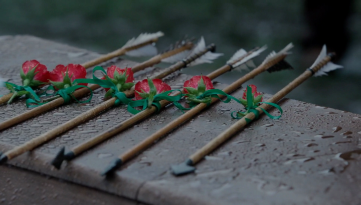 Once Upon a Time 5x21 Last Rites - Roses wrapped around arrows at Robin Hood's funeral