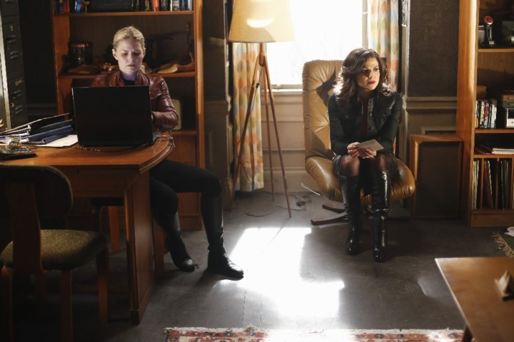 Once Upon a Time 5x22 Only You - Emma and Regina at Neal and Robin Hood's former New York apartment