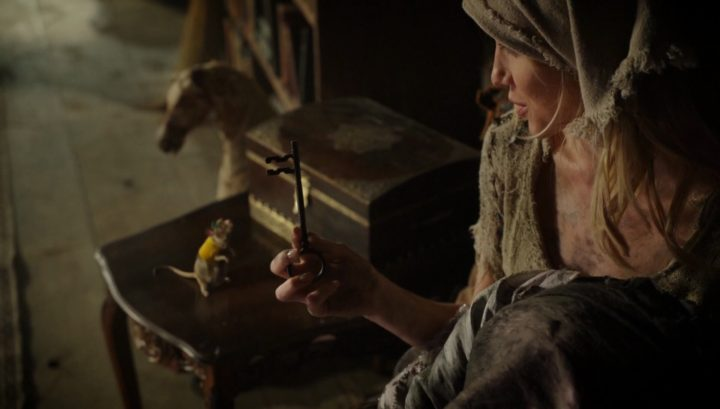 Once Upon a Time 6x03 The Other Shoe - Ella holding key to the Land of Untold Stories