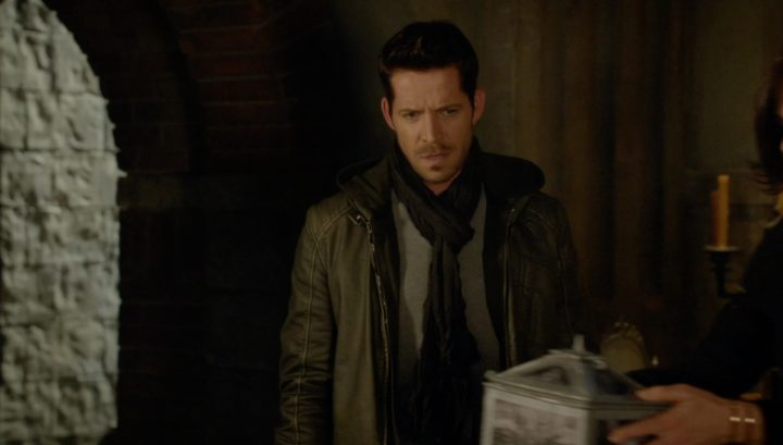 Once Upon a Time 6x12 Murder Most Foul - Wish Robin looking at the box