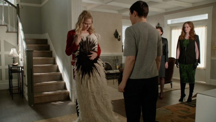 Once Upon a Time 6x20 The Song in Your Heart - Emma holding Snow White's wedding dress turning into black